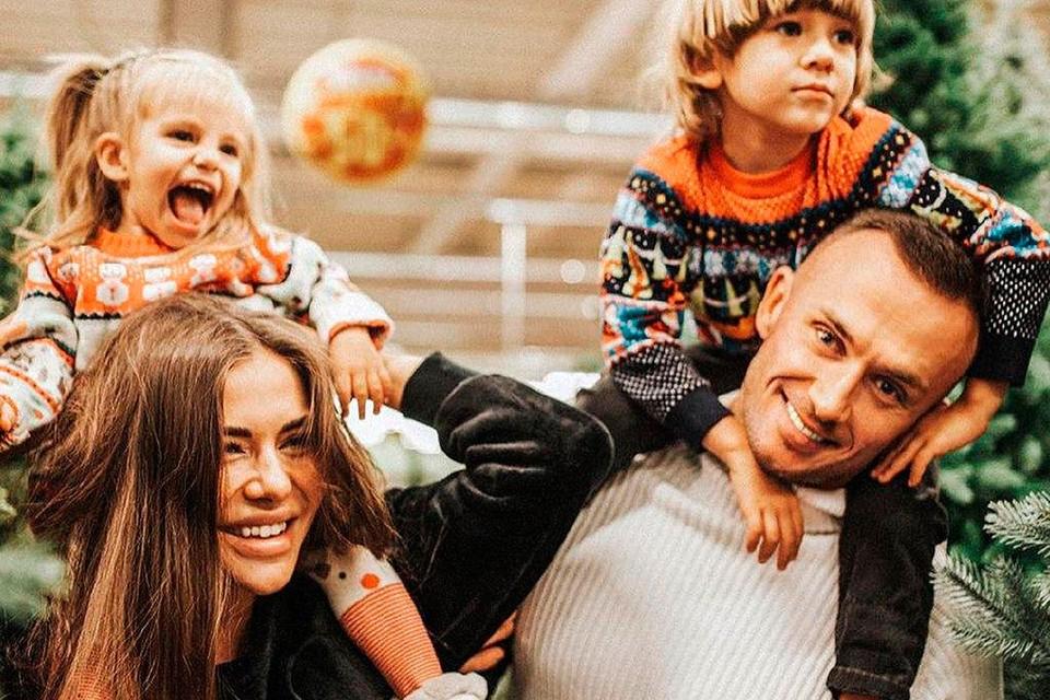София Стужук с мужем и детьми