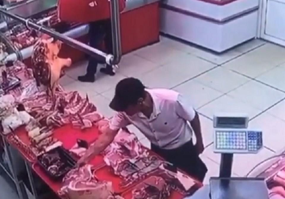 """Воришка-неудачник попал на камеры видеонаблюдения. Фото: скриншот видео """"ЧП Майкоп"""""""