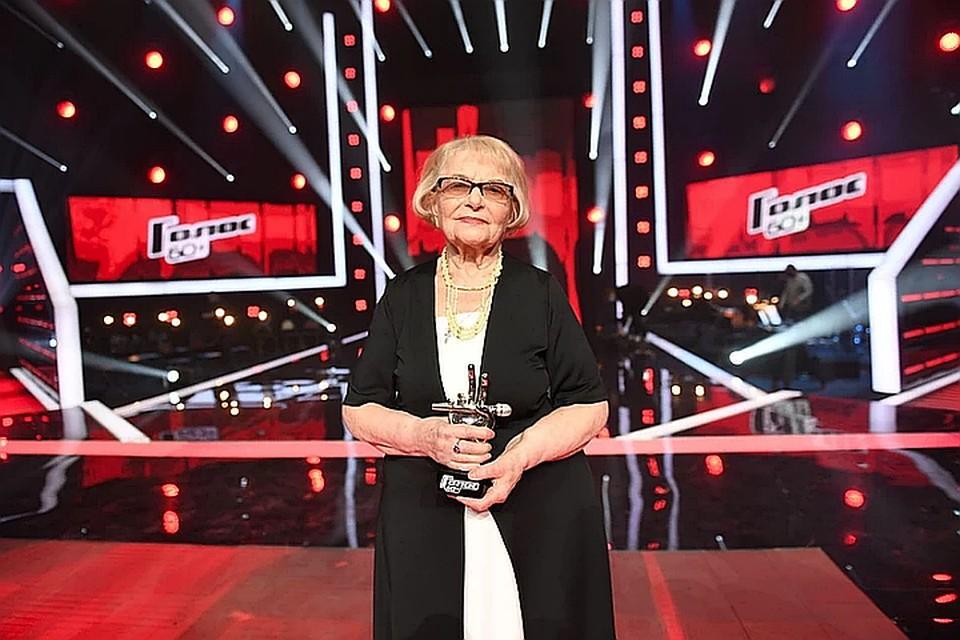 91-летняя Дина Юдина отдаст часть своего выигрыша врачам, борющимся с коронавирусной инфекцией. Фото: YouTube-канал Голос / The Voice Russia