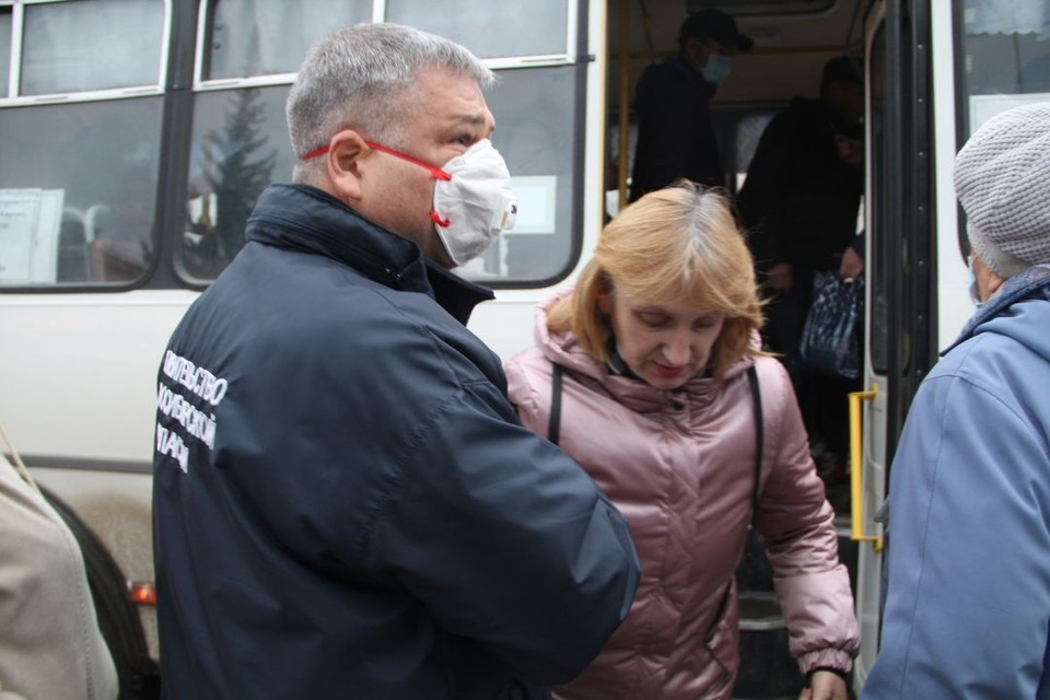 На рейдах чиновники уговаривают нарушителей надевать маски. Фото: Правительство Новосибирской области.