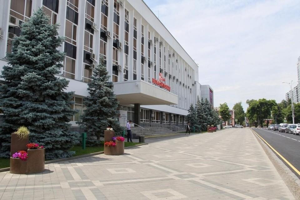 Спилить нельзя оставить: в Краснодаре заменят голубые ели у здания городской администрации