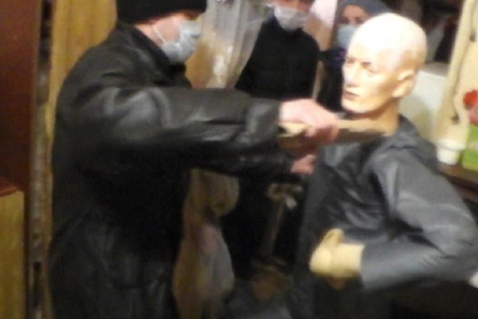 В ходе следственного эксперимента рецидивист показал, как расправлялся с жертвами. Фото: СУ СКР по Пермскому краю.