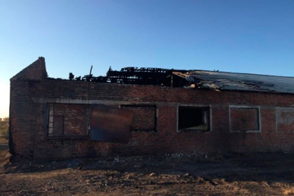 От взрыва у амбара сорвало крышу.