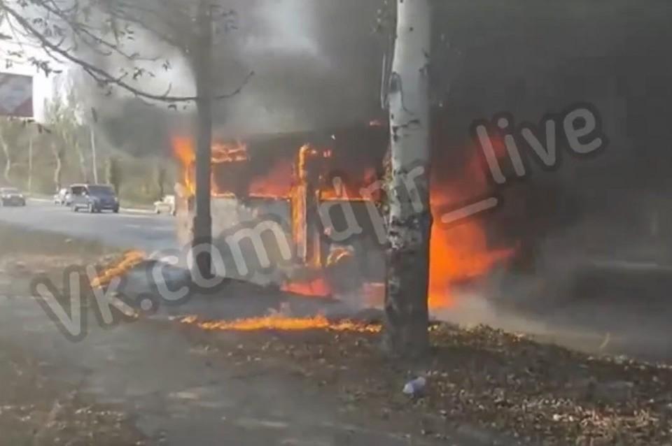 Автобус выгорел дотла. Фото: скриншот видео vk.com/dpr_live