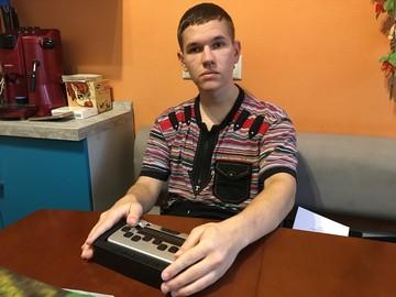 «Прибор обещали починить, но никто так и не приехал»: Слабовидящему москвичу, которому был положен бесплатный компьютер для чтения пальцами, вручили нерабочую технику