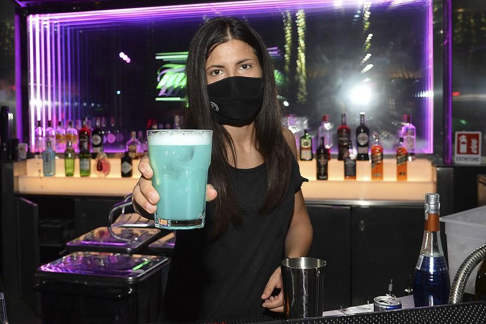 В Москве пока не собираются закрывать ночные бары и клубы из-за коронавируса. Фото: ANDREA FASANI/EPA/ТАСС