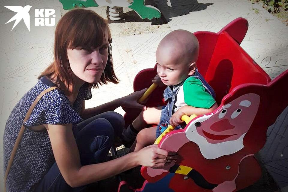 Мать пострадавшего ребенка каждый день молится за своего сына в надежде, что он сможет выкарабкаться.