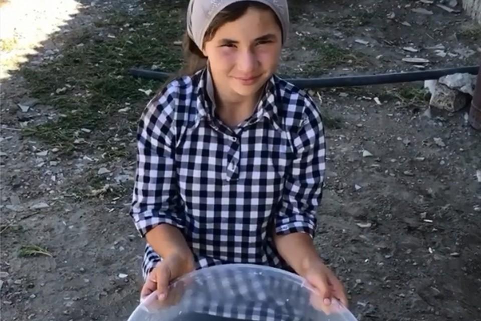 Школьница учит подписчиц готовить яичные курзе, чуду, несколько видов хинкала, печь торты, блины на воде и даже варить компот и делать закрутки на зиму