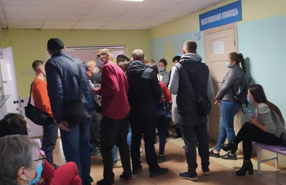Коридоры поликлиники переполнены больными. Фото: Виктория Олиферчук.