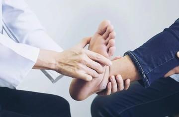 Растяжение голеностопа у взрослых: симптомы, причины, лечение