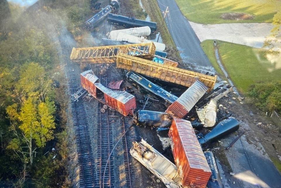 Поезд с нефтепродуктами сошел с рельсов в Техасе. Фото: Orange County Sheriff's Office