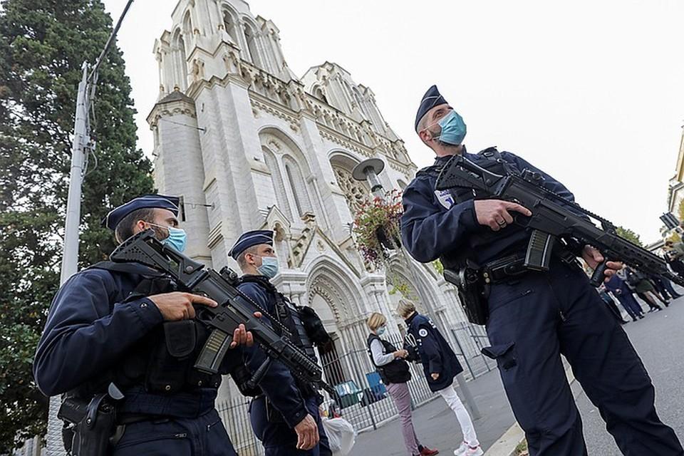 В результате нападения 21-летнего выходца из Туниса Брахима Ауссауи на прихожан храма Нотр-Дам утром 29 октября погибли три человека