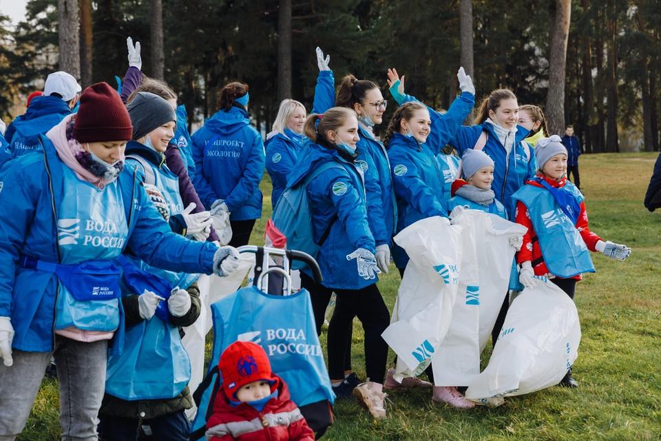 Волонтеры почистили берег Волги в Конаково