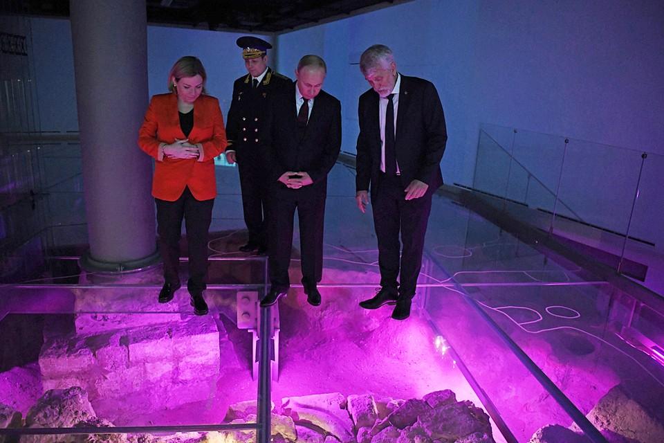 Весь пол музея сделан их стекла, под которым видны результаты раскопок. Фото: Алексей Никольский/ТАСС
