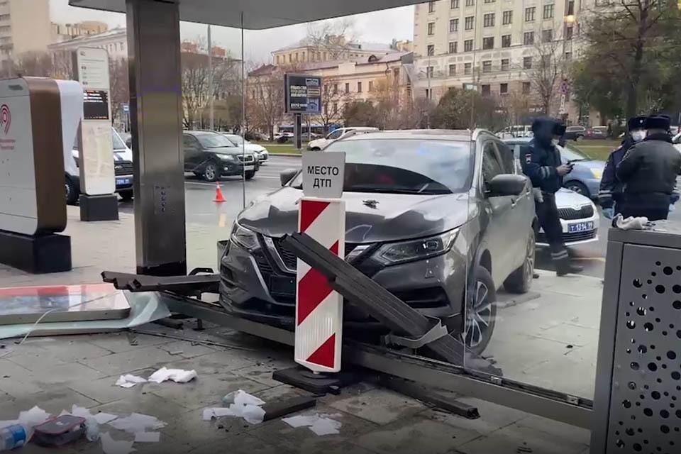 Днем 5 ноября на Садовом кольце иномарка протаранила остановку «Воротниковский переулок».
