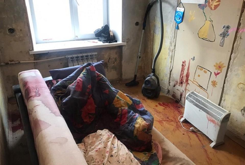 Стены квартиры сильно забрызганы кровью. Фото: СУ СКР по Свердловской области