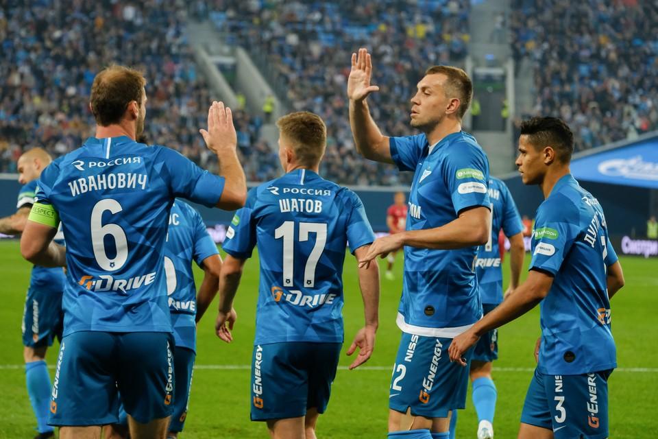 Прокомментировать ситуацию с Дзюбой тренерский штаб «Зенита» пообещал после завершения матча.