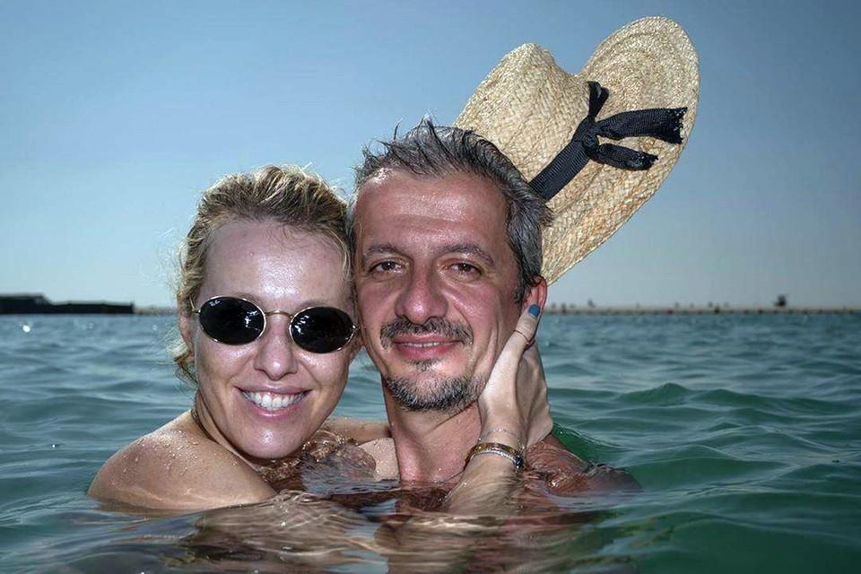Ксения Собчак и Константин Богомолов наслаждаются теплой водой Персидского залива