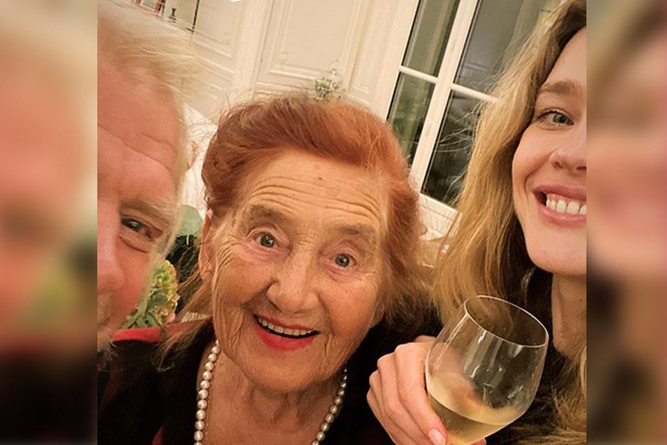 Бабушка всегда приезжает к знаменитой внучке на свой день рождения.
