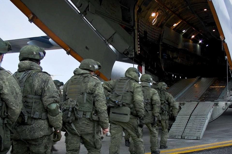 Российские миротворцы заходят в самолет Ил-76 на аэродроме Ульяновска перед вылетом в Нагорных Карабах. Фото: Минобороны РФ/ТАСС