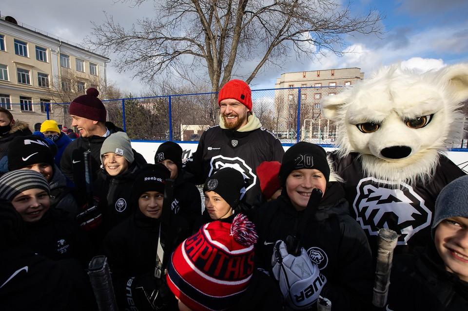 Евгений Кузнецов вместе с юными хоккеистами открыл новую хоккейную площадку неподалеку от своего родного дома на ЧТЗ.