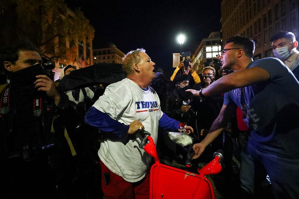 Недовольство главы Белого дома вызвала пассивность правоохранителей во время стычек членов радикального движения «Антифа» с его сторонниками.