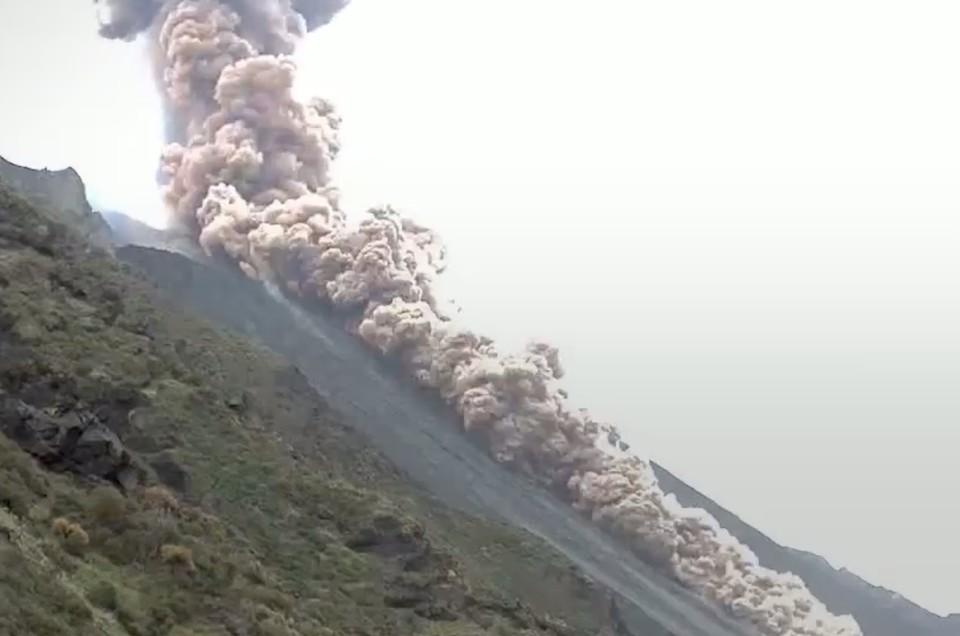 Момент извержения вулкана на острове Стромболи засняли на видео с яхты. Фото: скрин с видео