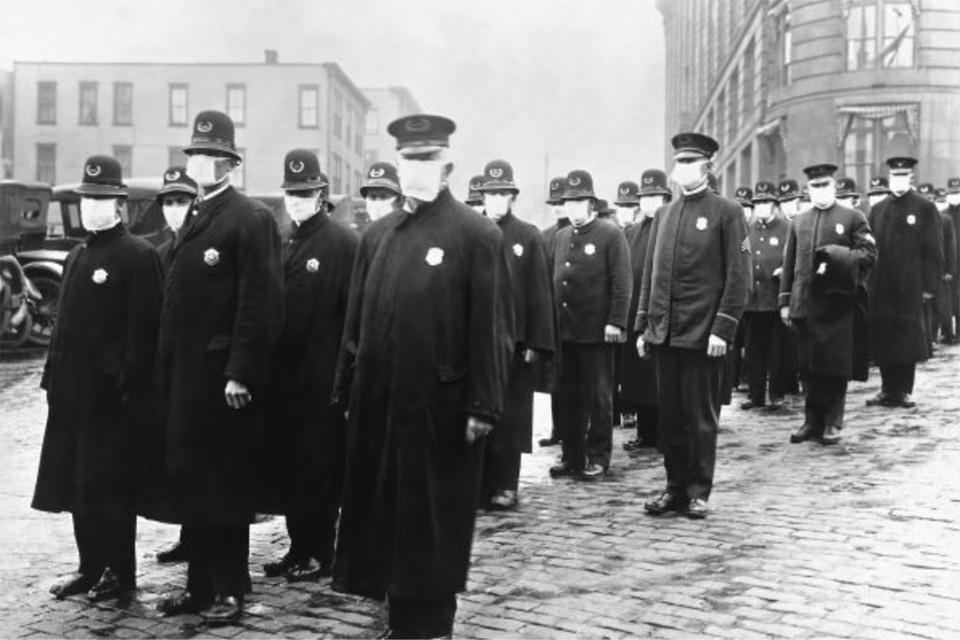 Полицейские в масках патрулируют на улице Сиетла. 1919 год. Фото: Wikimedia Commons