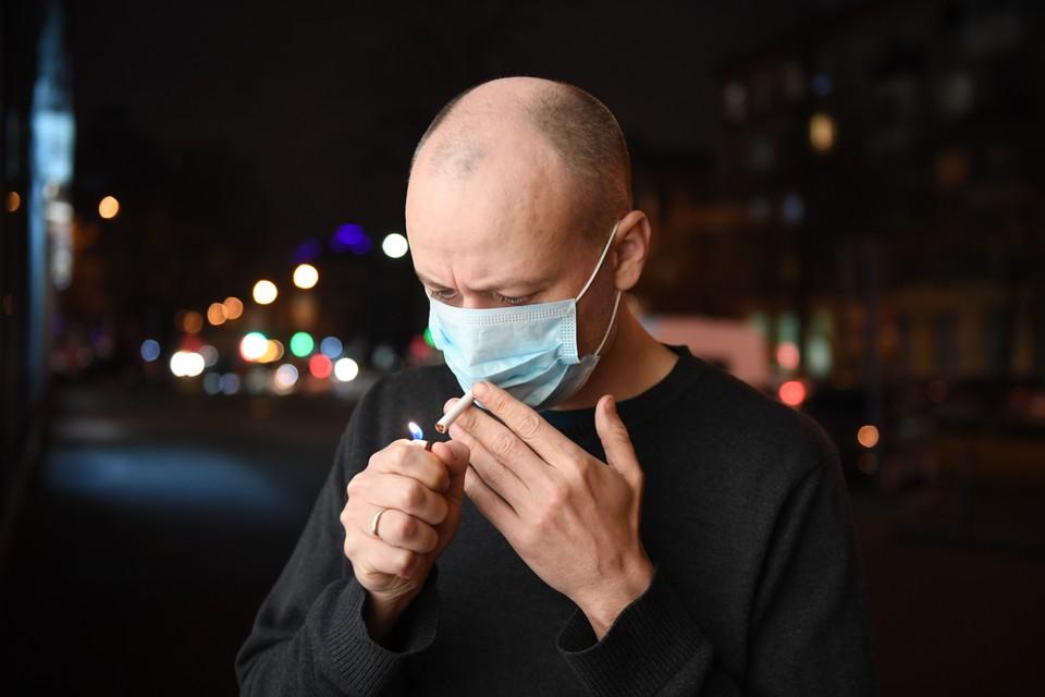 Как переносят COVID-19 курильщики, рассказали в Роспотребнадзоре