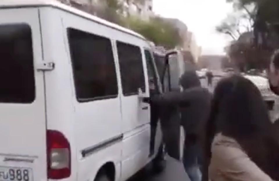 Машина въехала в протестующих в Ереване. Фото: скрин видео.