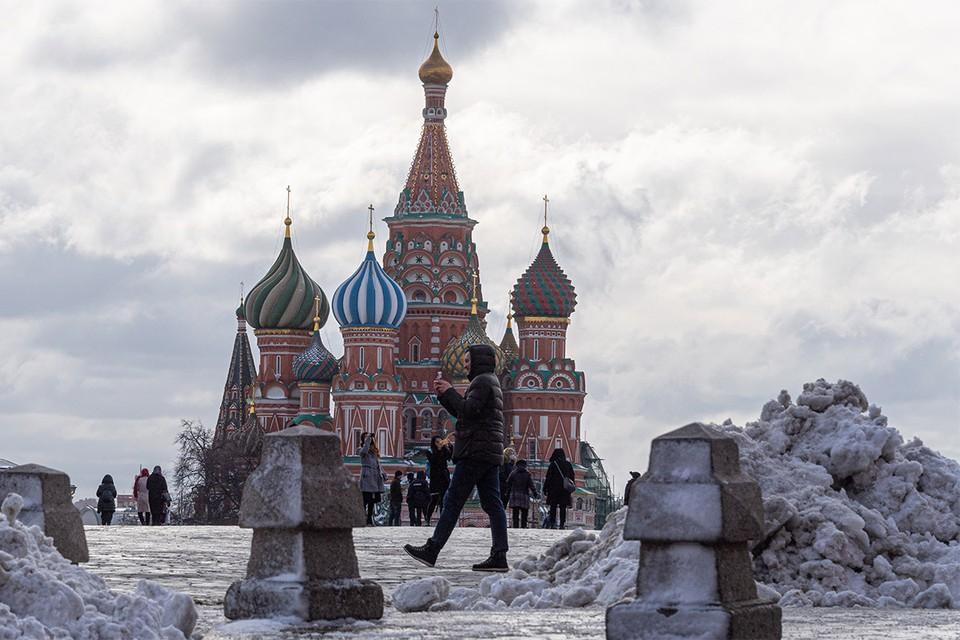 Горы снега на Красной площади в ожидании уборки.