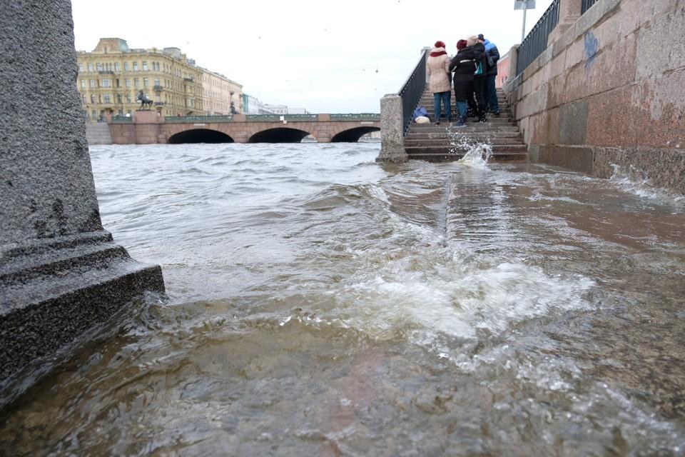 Вода в реках Петербурга поднялась из-за сильного нагонного ветра.