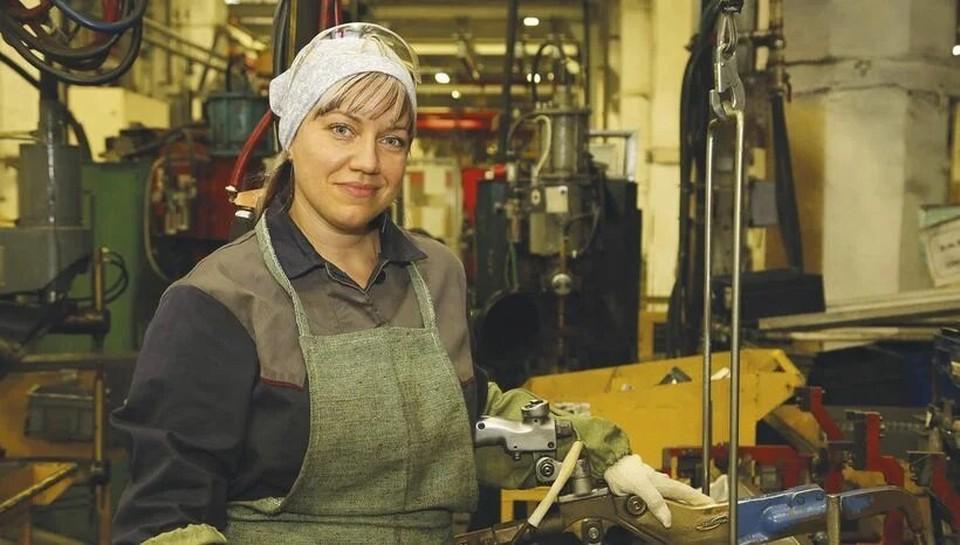 Вероника Анисимова работает сварщиком в цехе сварки и сборки цельнометаллических кузовов. Автор фото: Артём СЕМЁНОВ