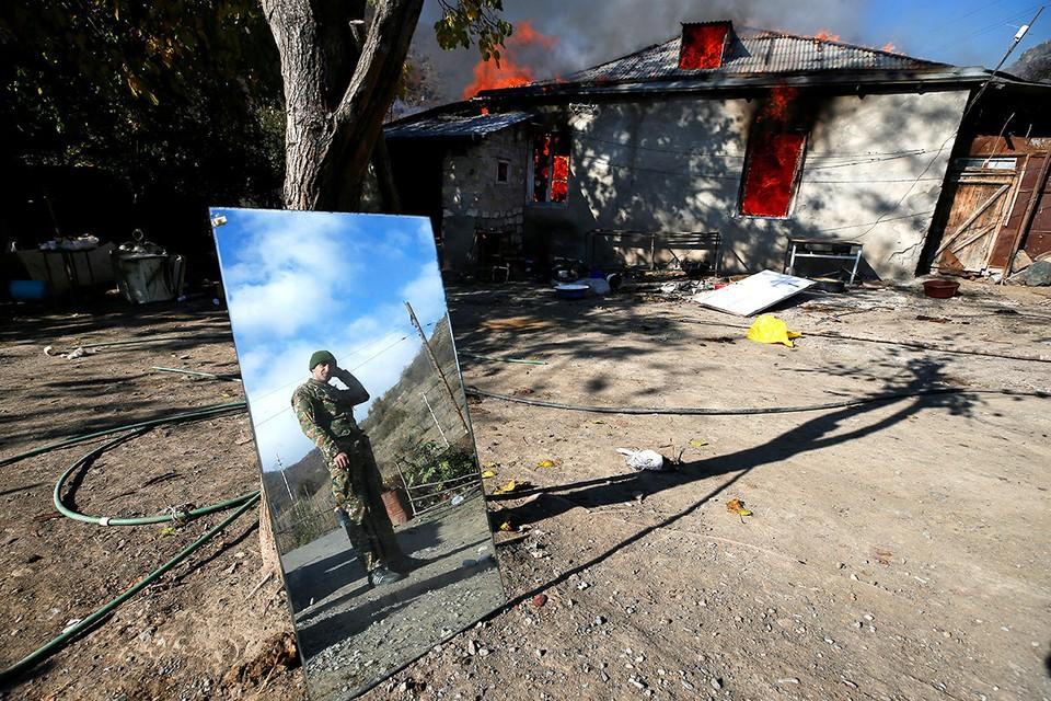 Армяне сжигают свои дома, покидая районы Нагорного Карабаха, возвращаемые под контроль Азербайджана.