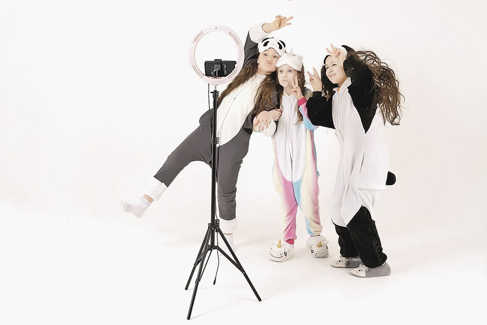 Суть ТикТока самая примитивная: танцуй себе перед камерой, открывая рот под музыку, и набирай лайки.