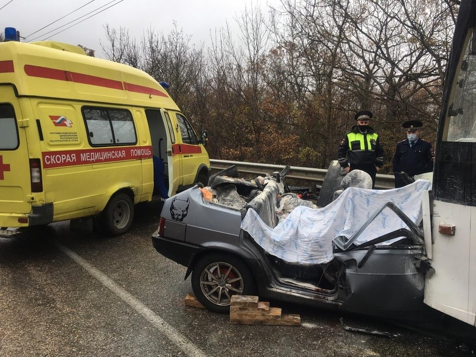 В лобовом столкновении легковушки и троллейбуса в районе Ангарского перевала погибло 4 человека.