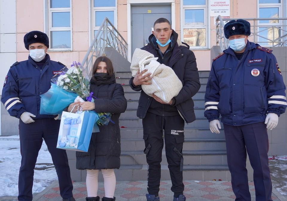 Сотрудники ГАИ поздравили молодых родителей с выпиской Фото: пресс-служба МВД России по Амурской области