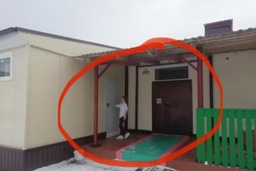 Гуськом по снегу: как сибирскую школу за 11 миллионов оборудовали туалетом для морозоустойчивых детей