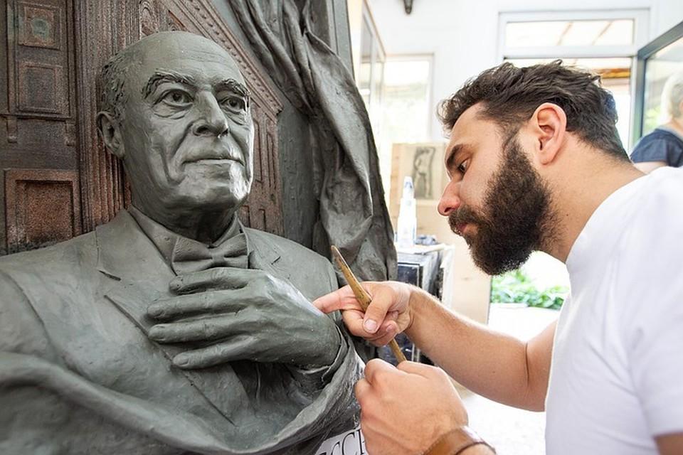 22-летний студент Филипп Трушин по собственной инициативе сделал мемориальную доску Владимиру Этушу