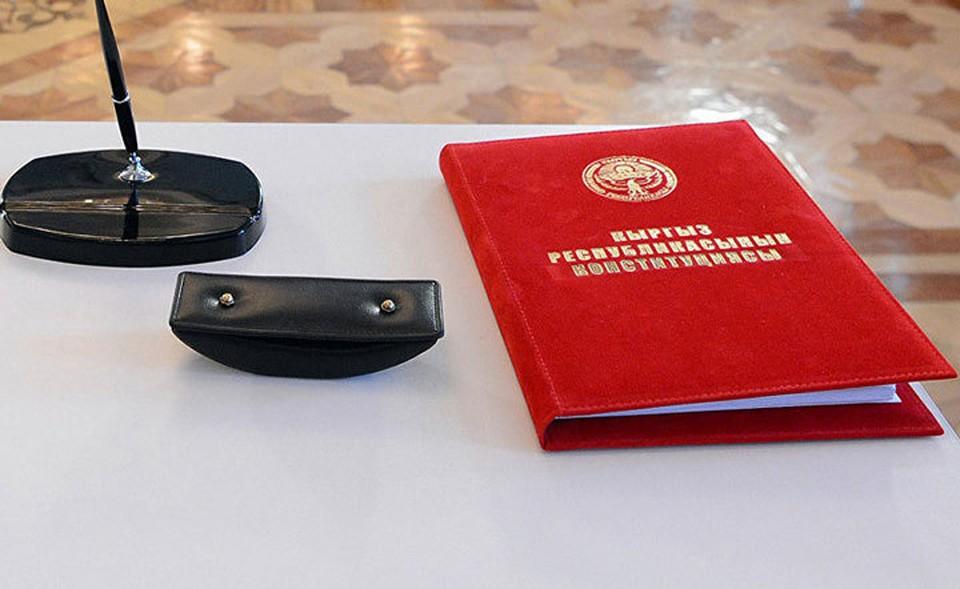 По действующей Конституции русский язык носит статус официального.