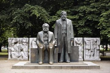 Фридриху Энгельсу - 200 лет: У  него и Маркса  была книга «Капитал» и один сын на двоих