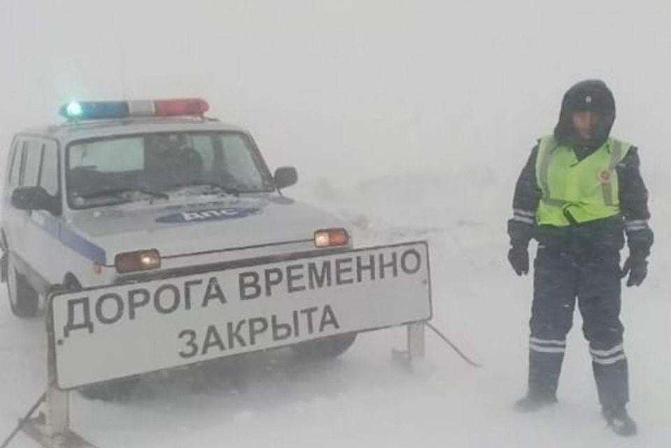Госавтоинспекция в непогоду помогает водителям выбраться из снежного плена