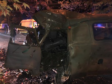 В Сочи УАЗ влетел в дерево: водитель погиб, пассажир травмирован