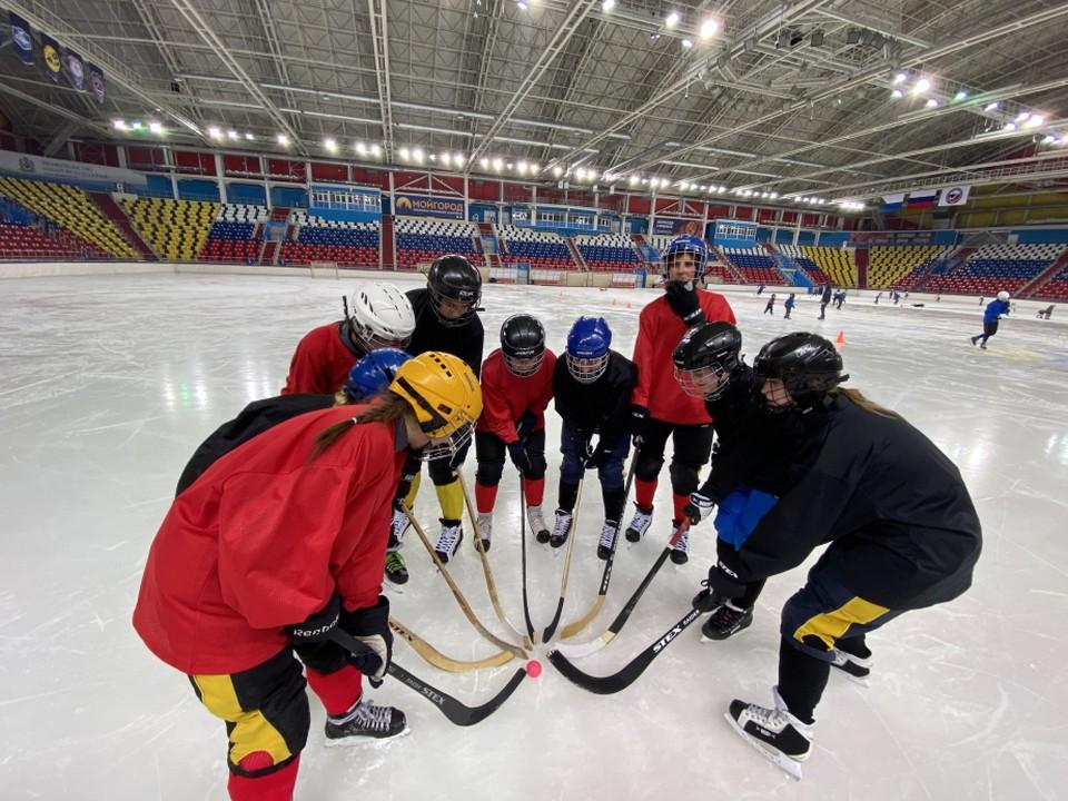 Сейчас юные хоккеистки приступили к ледовым тренировкам