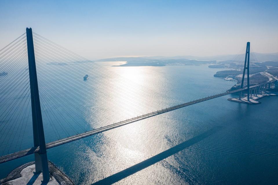 Мост на Русский остров по-прежнему закрыт, когда его откроют - неизвестно. Фото Глеб Куприн