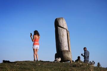 После пропажи обелиска из пустыни в США загадочным образом исчез деревянный фаллос с немецкой горы