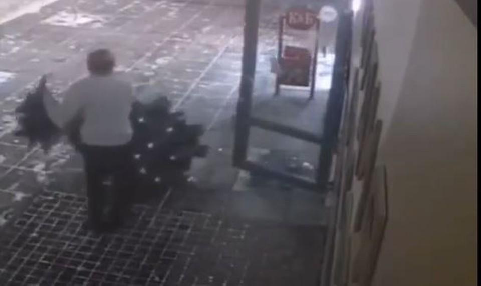 Подготовка к Новому году: в Тюмени парень выломал дверь салона красоты и унес елку