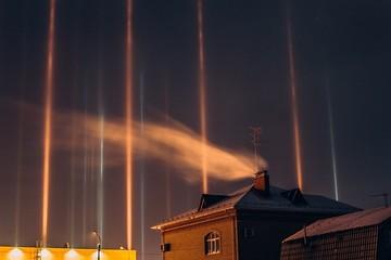 «Они могут пропасть в любой момент!»: в Тюмени ночью заметили загадочные световые столбы
