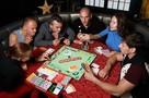 Развиваем дедукцию и образное мышление: Пять лучших настольных игр для всей семьи на Новый год