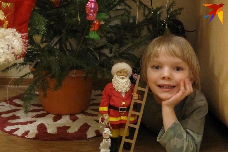 Дети верят в Деда Мороза и рассчитывают найти под елкой подарки, о которых написали ему в письмах.
